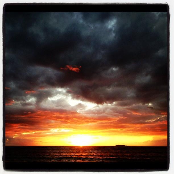 Kelly já deve ter visto o por do sol de Fiji mais vezes que todos os outros atletas, mas ainda assim vale a foto.
