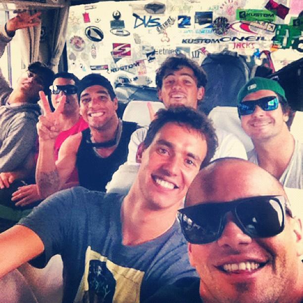 Raoni, Sifu e a brasileirada numa viagem de ônibus muito feliz.
