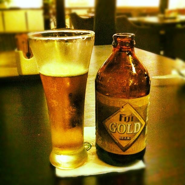 Raoni Monteiro e a cerveja de Fiji.
