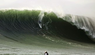Carlos Burle representando o Brasil durante o Mavericks Invitational 09-10. pegando sempre as bombas mais do outside possíveis. Foto: Carpentier/BWWT