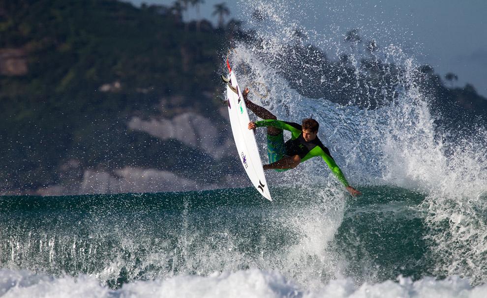 Alejo Muniz também integrou a frente brasileira no freesurf de hoje. Ele tirou alguns tubos e voltou de alguns aéreos como este. Foto: Andre Magarao