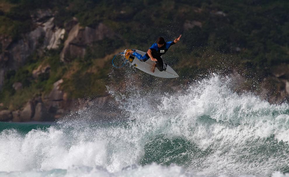 Jerônimo Vargas saiu do Alfabarra para surfar as (muitas!) ondas que o Postinho ofereceu hoje. Ele surfou de manhã, quando mandou este Alley Oop, e no fim da tarde também, quando completou outro deste após sair de um tubasso. Foto: Andre Magarao