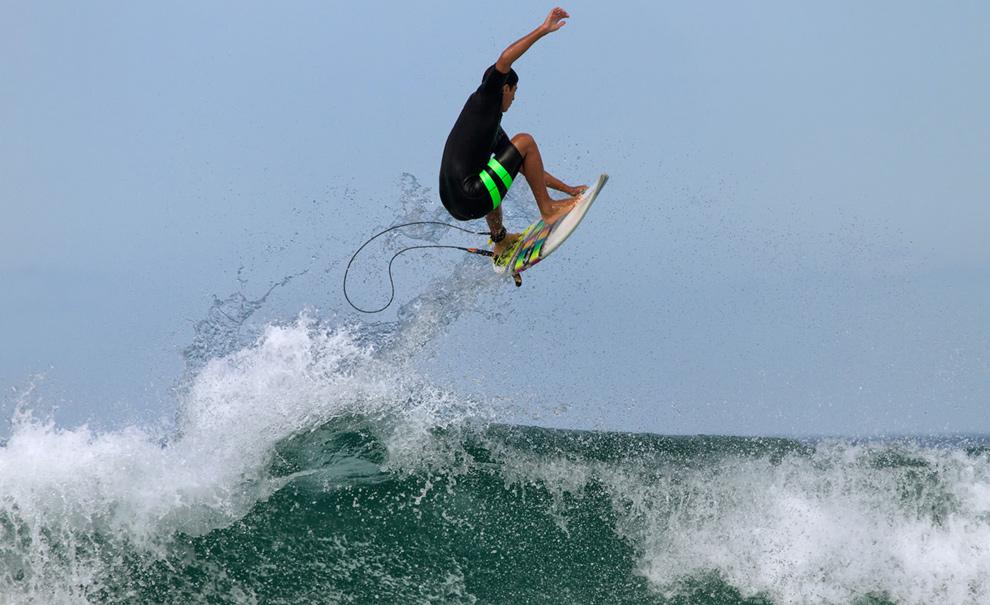Se você ainda não ouviu a novidade, Miguel Pupo está de volta. E já está voando novamente. Ele surfou ao lado da equipe brasileira da Hurley de manhã. Foto: Andre Magarao
