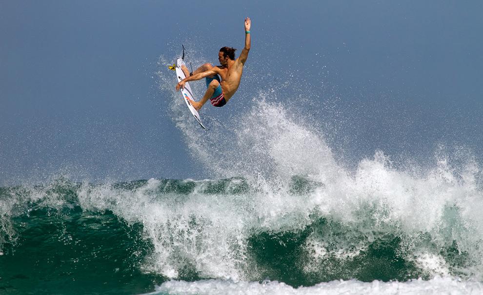 Jordy Smith foi um dos mais impressionantes na sessão de freesurf de hoje. Além de suas rasgadas pesadíssimas, ele era um dos que estavam tentando aéreos impossíveis na água. Foto: Andre Magarao