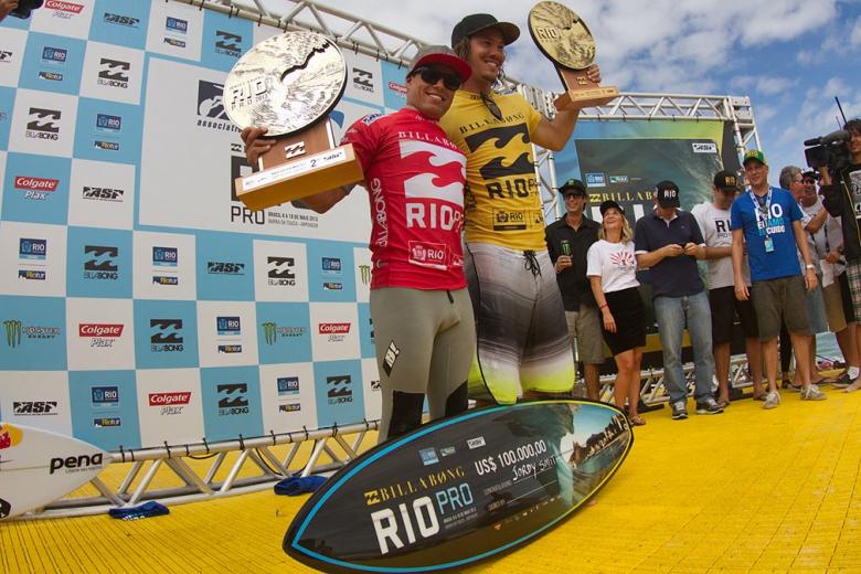 Adriano de Souza e Jordy Smith dividem o pódio no Rio Pro 2013. Foto: Smorigo/ASP