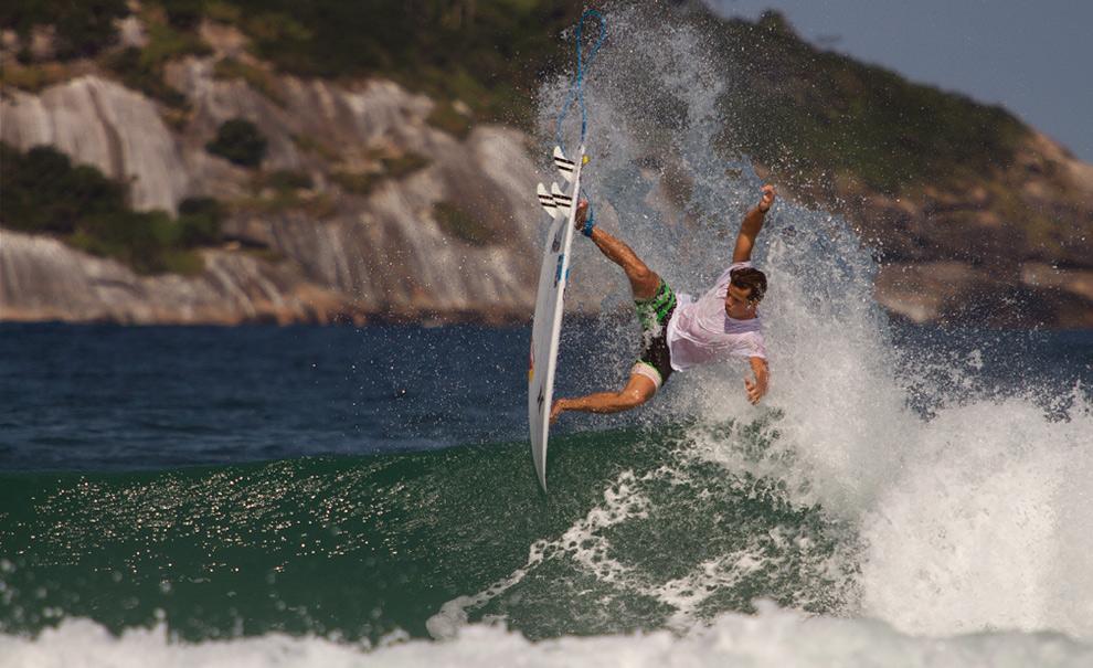 Julian Wilson surfou duas vezes hoje, e acertou alguns aéreos insanos como o seu já famoso Crazy Spin. Foto: Myara