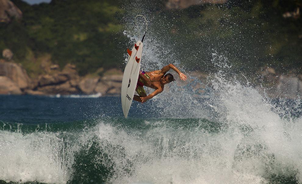 O catarinense residente na Austrália, Alex Chacon, está de passagem pelo Rio de Janeiro e apareceu na sessão de elite. Se você acha que o cara não volta de um aéreo desse, assista isso aqui. Foto: Myara
