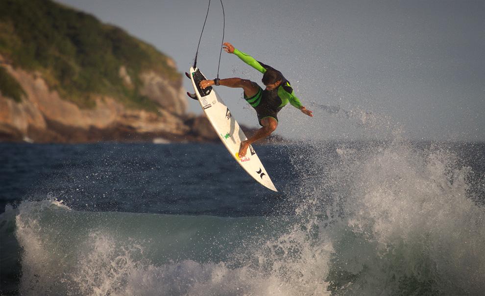 O taitiano Michel Bourez pegou sim alguns bons tubos hoje. Mas ele também estava infectado pela motivação coletiva de arriscar aéreos impossíveis. Foto: Myara