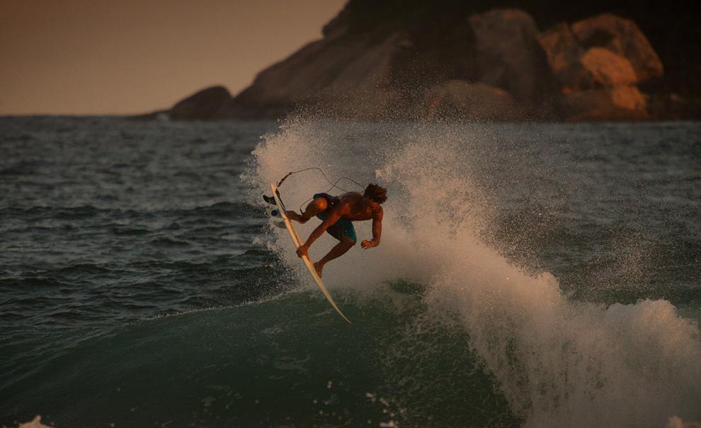 Frequentemente no Postinho, você vai ver o surf de Dávio Figueiredo evoluindo com aéreos como esse que fechou sua sessão do dia nos últimos minutos de luz. Foto: Myara
