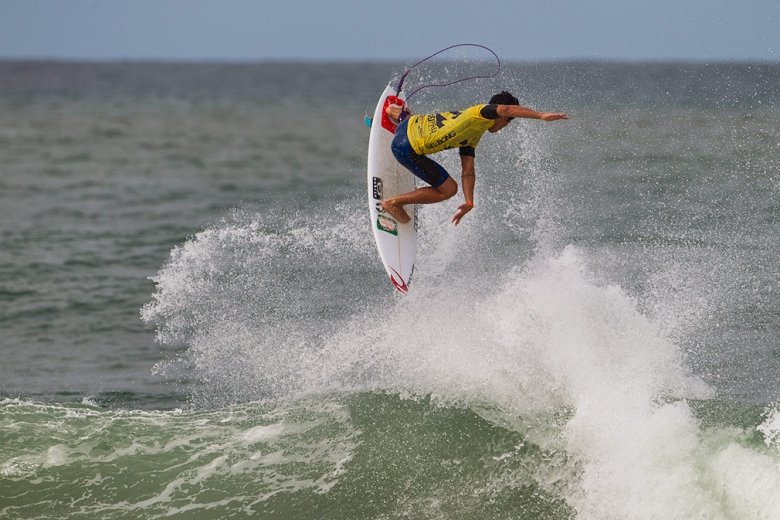 Gabriel Medina treinou este aéreo de backside incansavelmente durante as sessões de freesurf. No evento, ele mostrou que valeu a pena. Foto: Kirstin/ASP