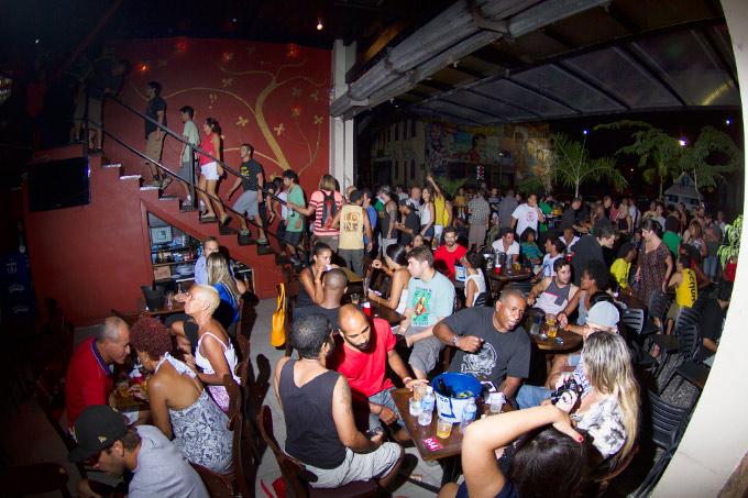 Andar de baixo do Leviano Bar no momento em que o pessoal subia para o evento principal da noite. Foto: Myara