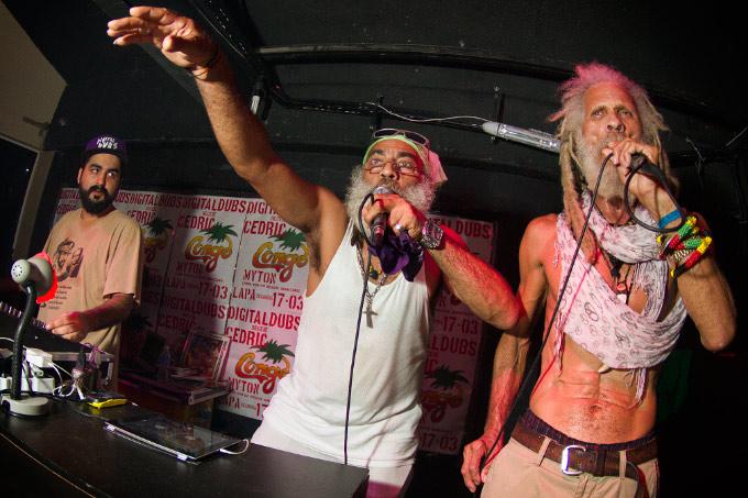 R. Zee Jackson e Cedric Myton sob o olhar de MPC. Foto: Myara