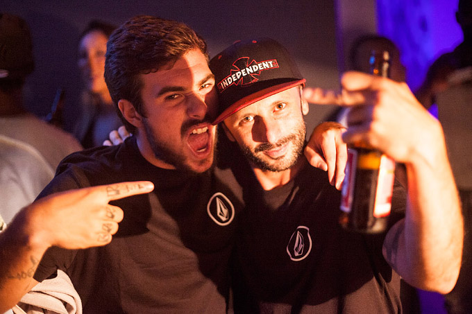 Pedro Barros e o team manager de skate da Volcom, Ragueb Rogério. Foto: Fabiano Rodrigues