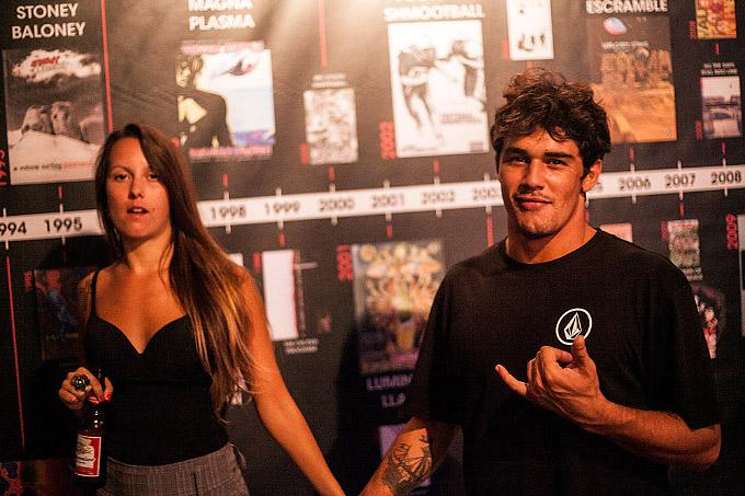 Heitor Pereira e sua respectiva. Atrás, uma linha do tempo das produções em vídeo da Volcom pela sua produtora Veeco. Foto: Fabiano Rodrigues