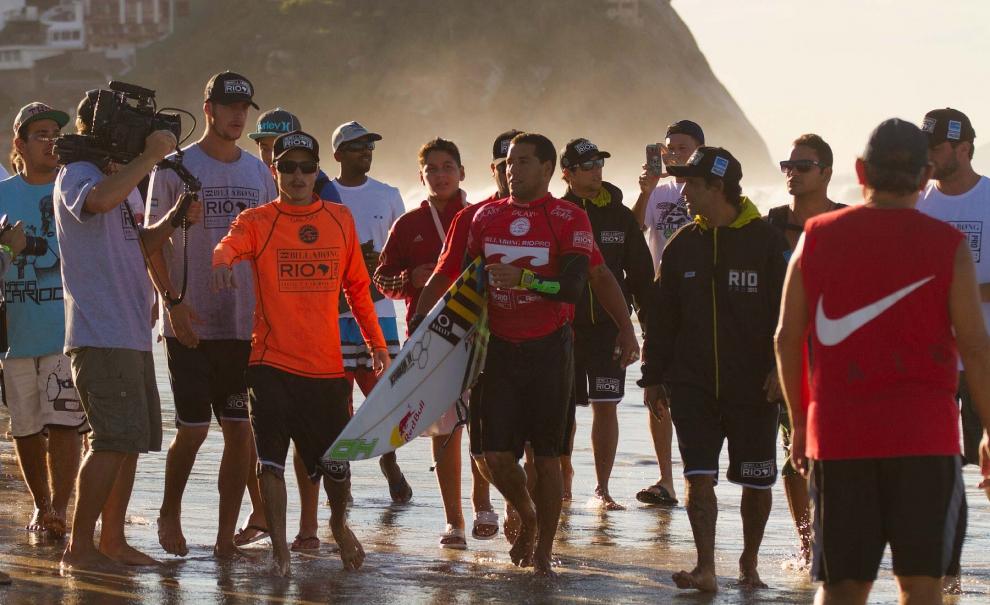 Mineirinho sendo recebido de volta a areia da praia aplaudido pelo público já presente lá. Foto: Myara