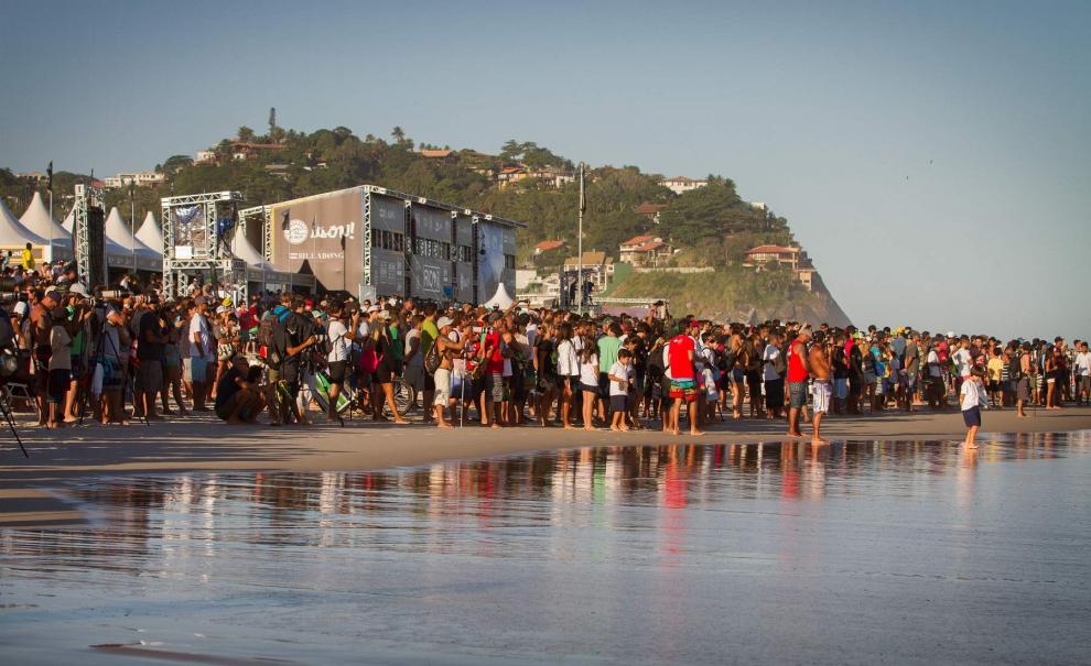 Praia lotada à espera de um campeão no Postinho. Foto: Myara