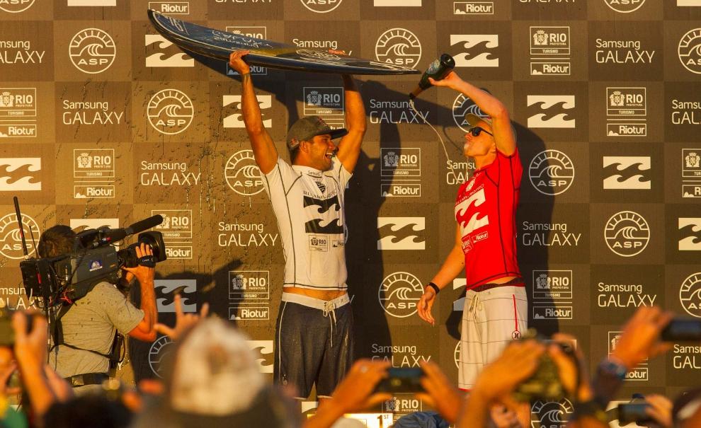 Estes dois provavelmente não estariam no seu time de Fantasy Surfer para a etapa do Rio, mas como disse Kelly Slater, as condições adversas do mar da Barra da Tijuca proporcionam estas surpresas. Michel Bourez e Kolohe Andino dividindo o pódio do Billabong Rio Pro 2014. Foto: Myara