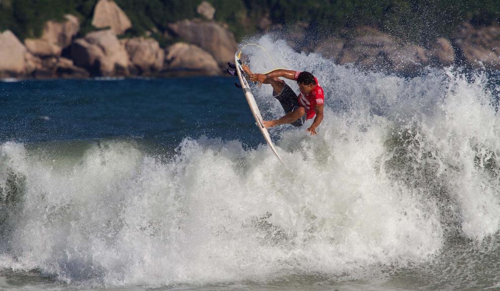 Quem disse que Michel Bourez não manda aéreos? Fotos: Myara
