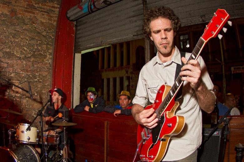 O guitarrista Bruno Pederneiras e Daniel Tot ao fundo.