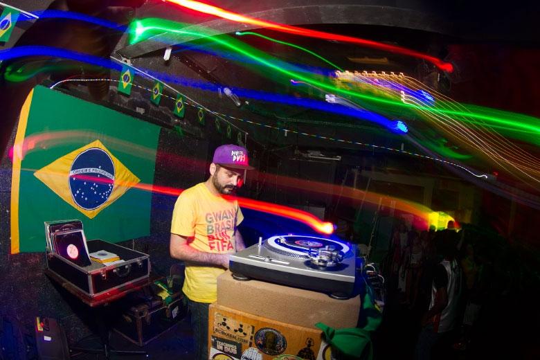 MPC do Digitaldubs ditando o ritmo da celebração da vitória da seleção brasileira na Lapa.