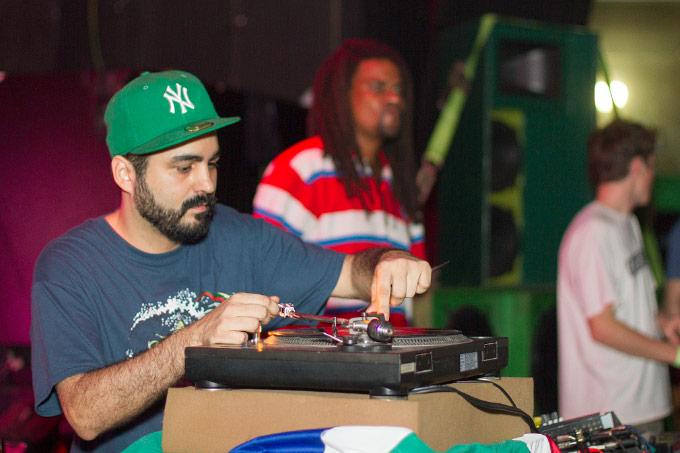 MPC do Digitaldubs dando início a noite, preparando a próxima pedrada com Jeru Banto ao fundo. Fotos: Radio Layback