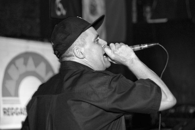 O MC inglês YT foi a surpresa da noite e mostrou uma pequena prévia do que vai rolar no Festival Graave.