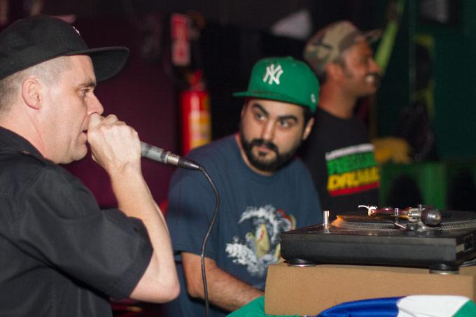 YT soltando as rimas sob o olhar de MPC, e General Zooz do Reggae Rajahs ao fundo.