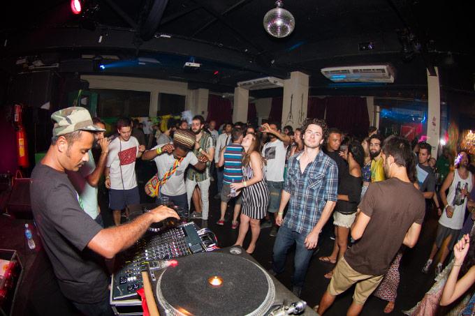 Público internacional bastante variado curtindo a sonzeira do Reggae Rajahs.