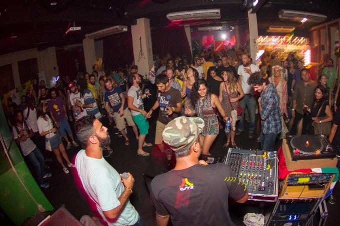 Reggae Rajahs se apresentando e o público representando, e muito, do início ao fim da noite.