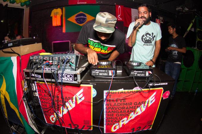 Reggae Rajahs nas pick ups envelopadas pelo cartaz do Festival Graave, que vai contar com a apresentação de Digitaldubs e YT, além de outros grandes nomes de peso.