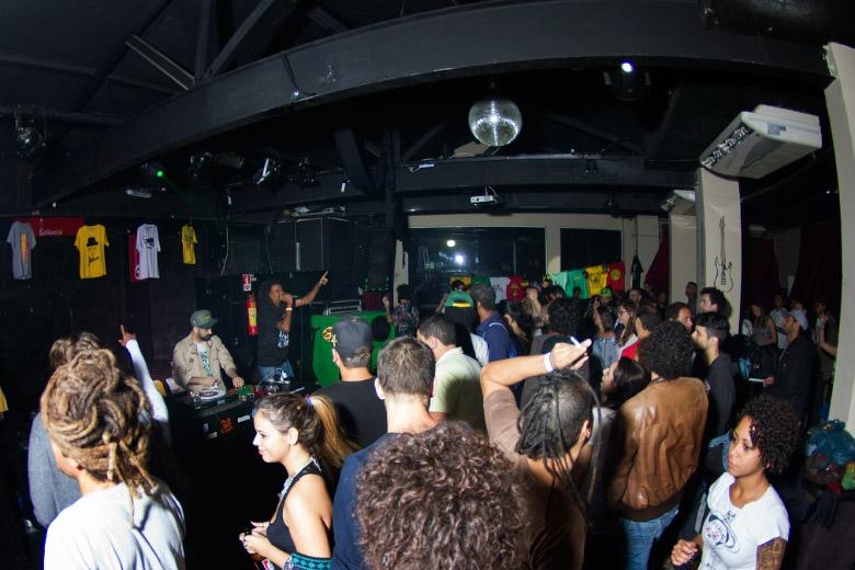 Noite animada, como de costume, no Leviano Bar e Jeru Banto ao fundo ditando o ritmo.
