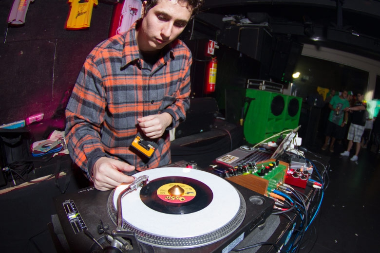 Além de Digitaldubs, o baile contou com um set pesado de new roots e dancehall do DJ Ambassodors, idealizador do movimento The Groov.