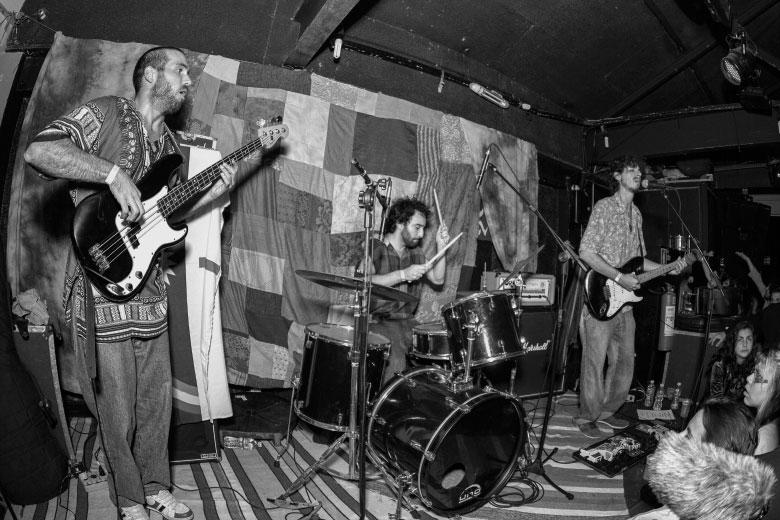Felipe Perez, Marcelo Rangel e Thiago Brandão. Quarto Astral, do Recife, foi a terceira banda a subir no palco do Leviano Bar. Foto: Radio Layback