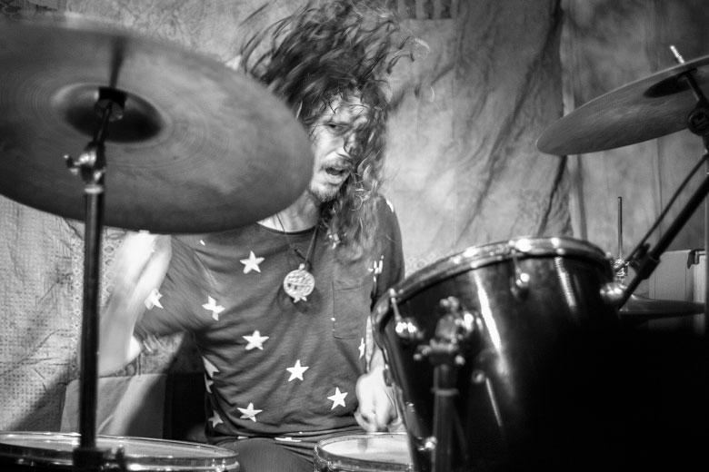 Paul Marrone destruindo com uma demonstração exemplar da pegada Mitch Mitchell de se tocar blues-rock. Foto: Radio Layback