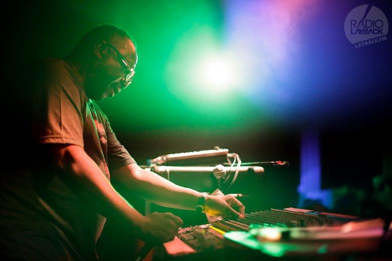 Mad Professor no comando da sua mesa, fazendo as mixagens ao vivo. Foto: Radio Layback