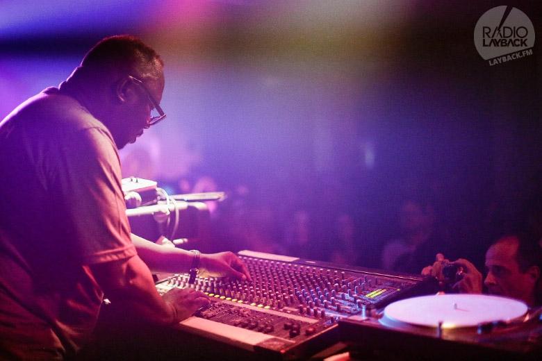 Toda a técnica de um dos maiores nomes do dub music ao vivo. Foto: Radio Layback