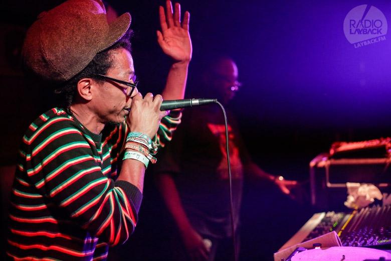 Jah Criss foi um dos que teve a oportunidade de soltar as rimas sobre a base de Mad Professor. Foto: Radio Layback
