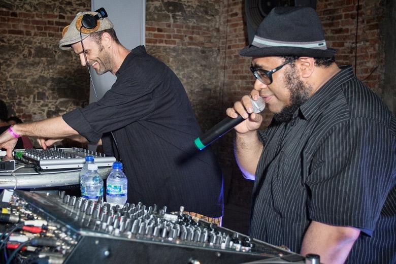 Também no primeiro dia, o produtor Maga Bo apresentou seu set e foi acompanhado por ninguém menos que BNegão. Foto: Radio Layback