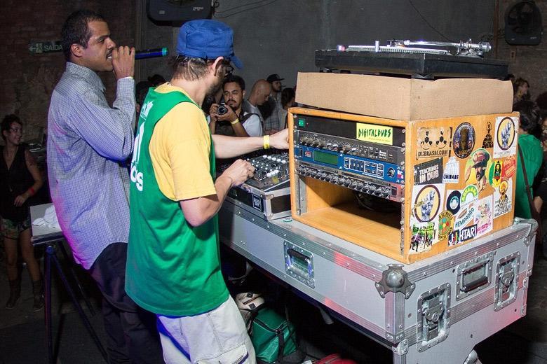 O cantor Monkey Jhayam se apresentou nas bases de Yellow P. Foto: Radio Layback