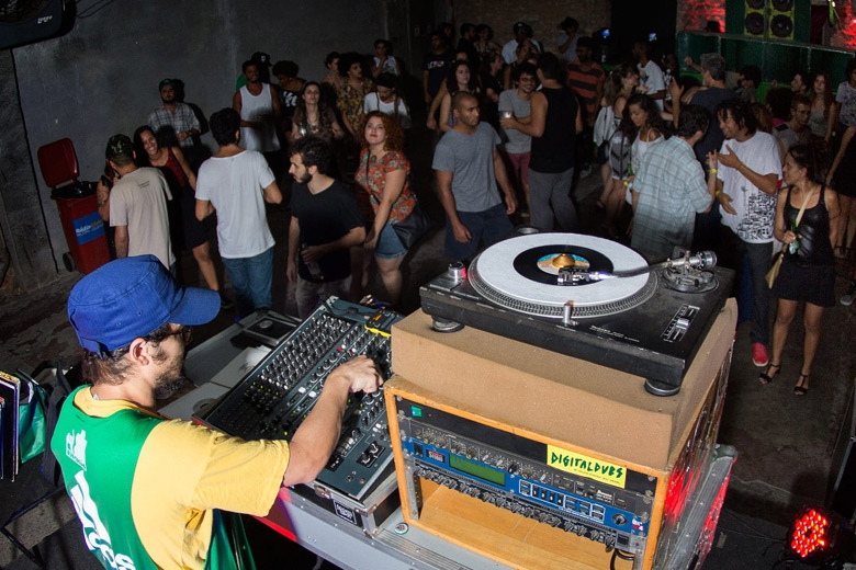Yellow P botando geral pra dançar. Foto: Radio Layback