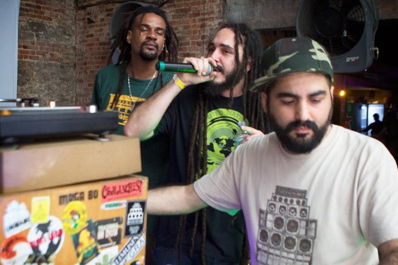 Jota III no mic, lançou seu mais novo single A Balada do Justiceiro no mesmo final de semana do festival. Foto: Radio Layback