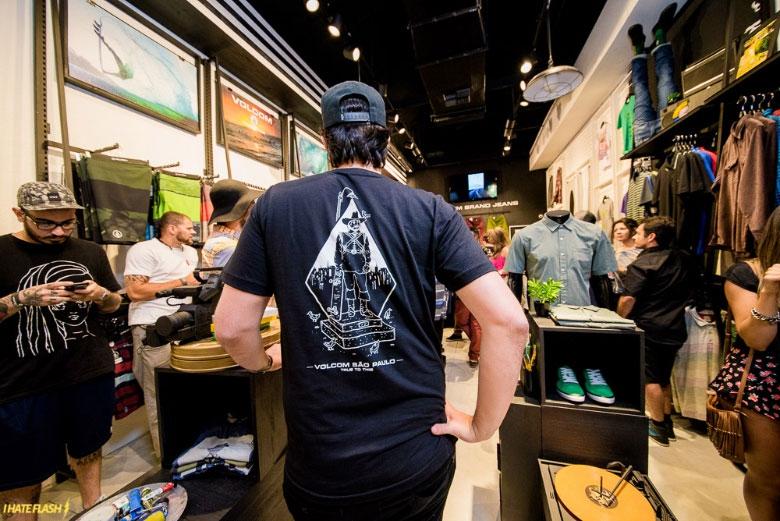A camisa exclusiva da festa de lançamento da loja.