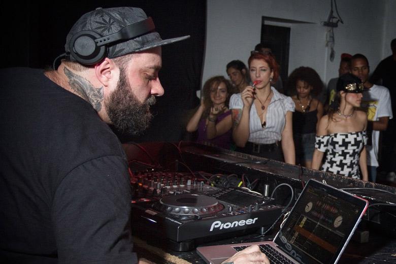 Ainda no primeiro dia, Rodrigo S da Wobble botou a pista Club pra tremer. Foto: Radio Layback