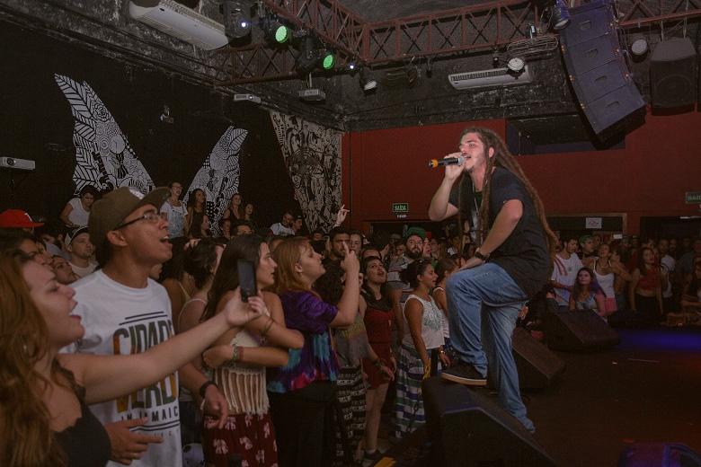 Adonai puxando as pedradas e o público representou cantando junto. Foto: Radio Layback