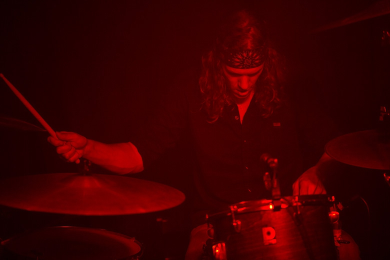 Matgaz com uma presença irada e um set up de bateria não tão comum, que incluia dois hi hats, sendo um de 18'' no seu lado direito. Foto: Radio Layback