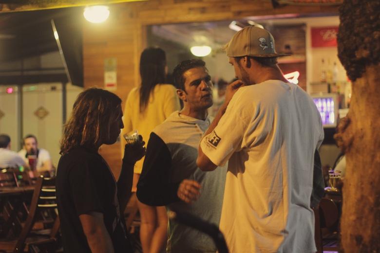 Dadá Figueiredo na resenha, Dávio enxugando o copo... Foto: Hugo Carmo
