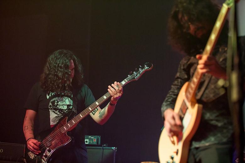 Jonathan no baixo e João na guitarra embolando os pensamentos da galera. Foto: Radio Layback