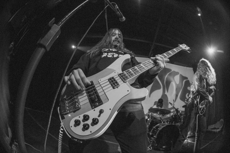O baixista Court Murphy no melhor estilo Lemmy. Foto: Radio Layback