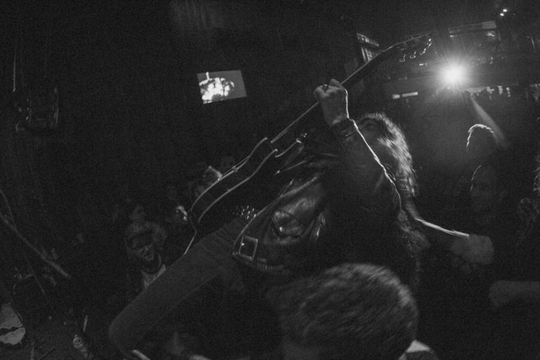 Josh Landau guitar mosh. Foto: Radio Layback