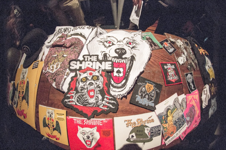 A barraca regada de merch do The Shrine e Abraxas. Foto: Radio Layback